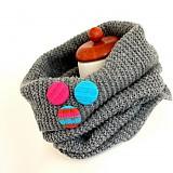 Buttony v tyrkysovom svetríku