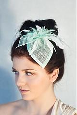 Čelenky - Svadobný klobúčik s pierkami v mätovej zelenej - 2306126