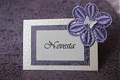 Papiernictvo - Svadobné menovky - fialový kvet na perleti - 2322028
