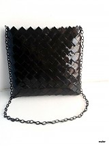 čierna kabelka na plece