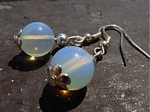 Náušničky zo syntetického bieleho opálu