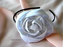 čelenka s veľkou bielou ružou