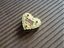 Prívesok plnený koláčik s nápisom LOVE