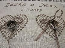 Prstene - Ľanový vyšívaný vankúšik s dvoma srdiečkami - 2819951