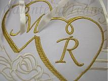 Úžitkový textil - Vyšívaný vankúšik pod obrúčky dva srdiečka a monogramy - 2823759