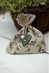 Darčeky pre svadobčanov - Vrecúško s hnedými kvietkami a zeleným srdiečkom - 3078818