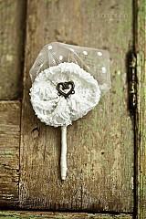 Pierko pre ženícha so srdiečkom