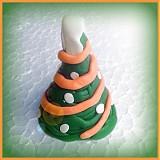 - Vianočný stromček so oranžovou reťazou a bielymi guličkami - 3456545