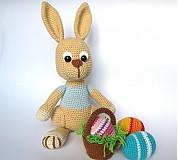 Návody a literatúra - Háčkovaný zajačik s kraslicami a košíčkom - návod - 3542911