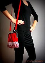 červená kabelka s čipkou