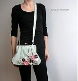 šedá kabelka s kvetmi
