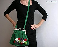 zelená kabelka s kvetmi
