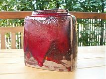 váza červená hranatá