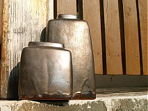 Dekorácie - váza bronzová hranatá