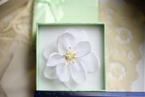 Biely kvet do vlasov na svadbu   LuciaStofej - SAShE.sk - Handmade ... 3dbcc828fb9