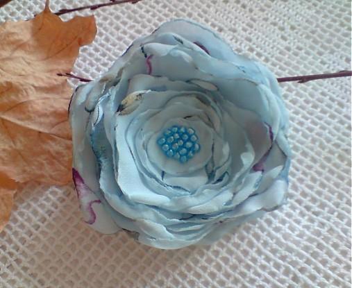 brošňa modroľúba...