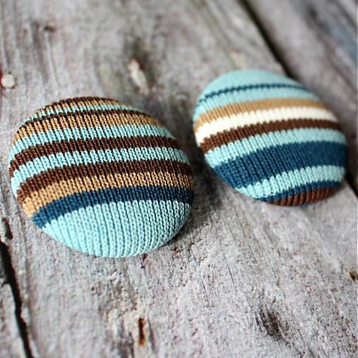 Čokoláda a tyrkys - buttony vo svetríku