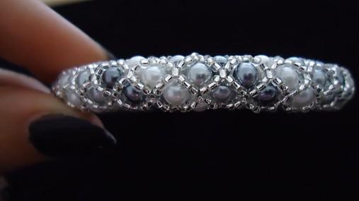 Bielo - strieborný perličkový náramok