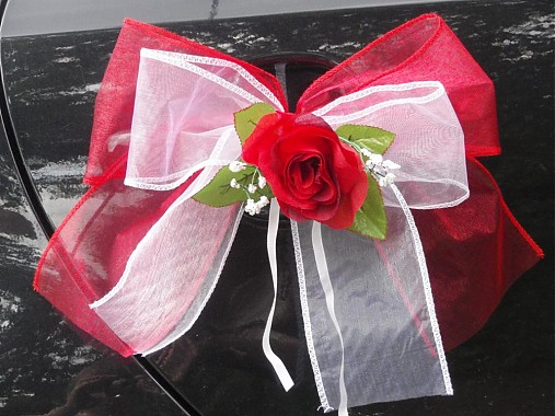 Dvojfarebné mašle s ružou na kľučky auta