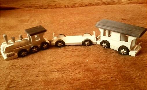drevený vláčik z vagónikmi