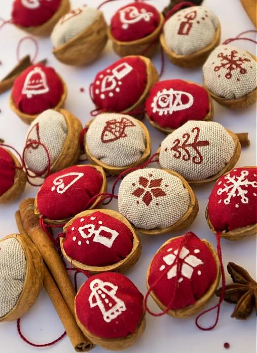 Vianočné oriešky maľované