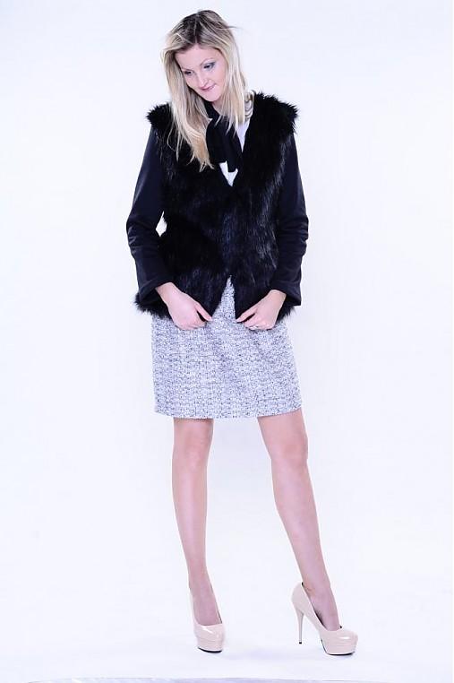 Kožušinový čierny kabátik s dlhším vlasom
