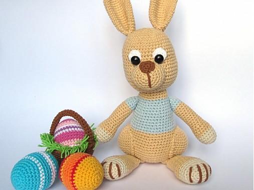 Háčkovaný zajačik s kraslicami a košíčkom - návod