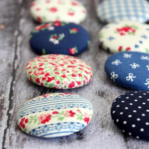 Vintage buttony v modrej