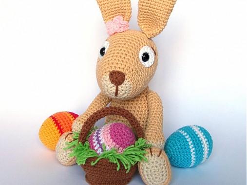 Háčkovaný králiček s kraslicami a košíčkom - návod