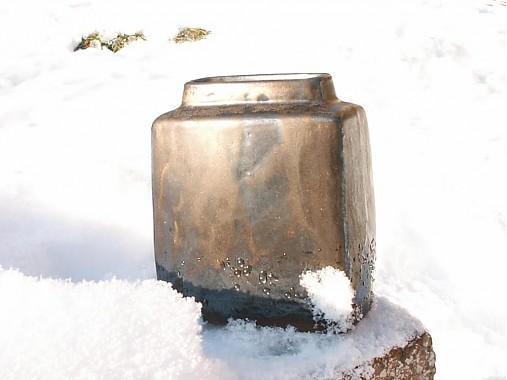 váza bronzová kocka