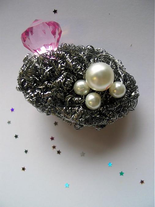 hotwife's brooch