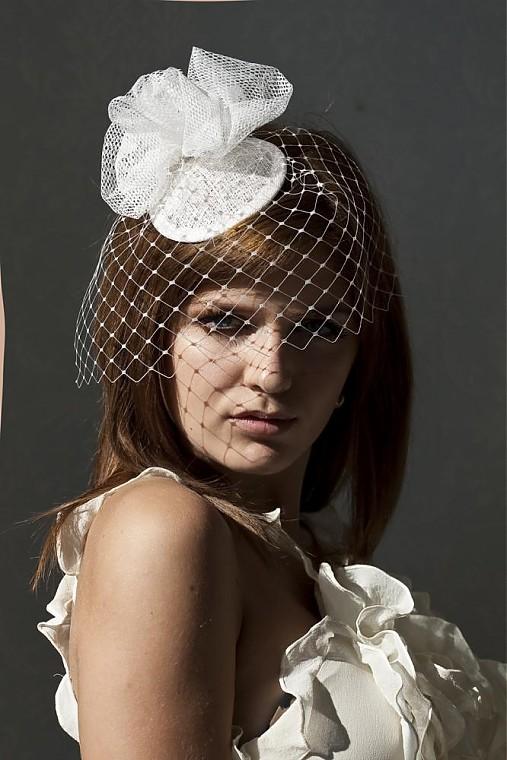 slonovinový svadobný klobúčik Pouf