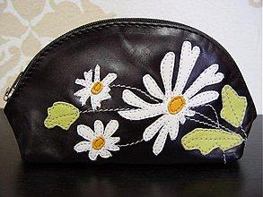 Taštičky - Kozmetická kožená taštička s margarétkami - 1326039