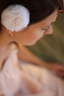 Ozdoby do vlasov - Kvet do vlasov z tylu biely na svadbu - 1518503