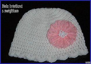 Detské čiapky - Biela čiapočka s kvietkom a motýlikom - 1826034