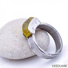 Prstene - Kovaný zásnubní nerezový prsten s jantarem - Kousek - 1966204