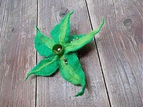 Odznaky/Brošne - plstená brošňa Zelený kvet - 2130109