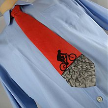 Doplnky - Hedvábná kravata s cyklistou černo-červená - 2172133