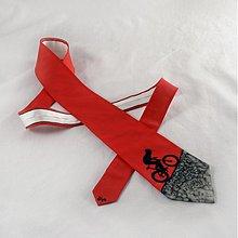 Doplnky - Hedvábná kravata s cyklistou do kopce černo-červená - 2172147