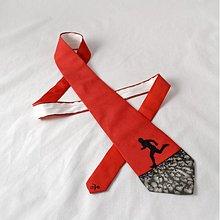 Doplnky - Hedvábná kravata s běžcem černo-červená - 2172156
