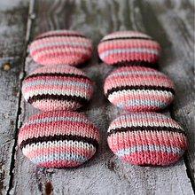 Materiál ručne robený - Buttony v ružovom svetríku - 2269721