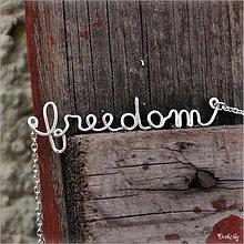 Náhrdelníky - Náhrdelník s menom z postriebreného drôtu: 6-8 písmen (freedom) - 2426003