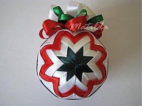 Dekorácie - Patchworková guľa - biela, zelená a červená - 3382371