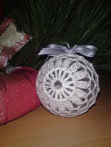 Dekorácie - Vianočná guľa strieborno-biela - 3436883