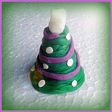 Dekorácie - Vianočný stromček s fialovou reťazou a bielymi guličkami - 3457563