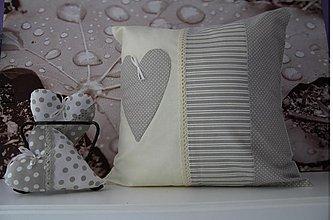 Úžitkový textil - vankúšik s motivom srdiečka šedo - biela - 3655419