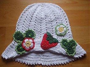Detské čiapky - Letný jahôdkovo-kvetinkový klobúčik - 75323