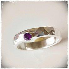 Prstene - strieborná tepaná obrúčka - snubný prsteň s ametystom - 780466